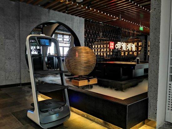 科技赋能餐饮实现品牌进化,行业巨头用送餐机器人构...