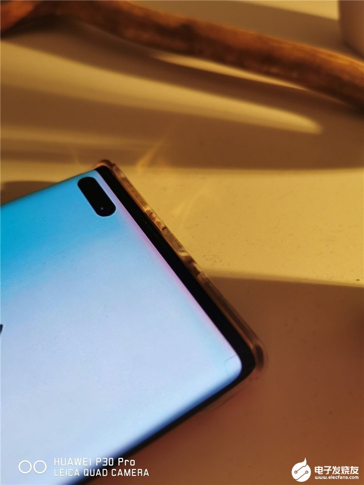 华为P40前面板谍照疑似曝光,前置打孔摄像头设计