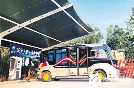智慧公交充电机器人在生态城投入使用 实现了远程操...