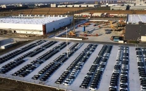 提高产量,特斯拉上海工厂停满国产Model 3