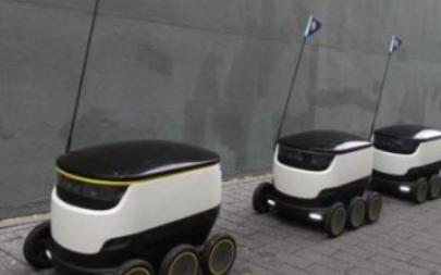 工业机器人搭载智能传感器可巡航监测车间的环境