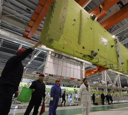 新舟700飞机的机翼翼盒在航空工业西飞正式总装下线