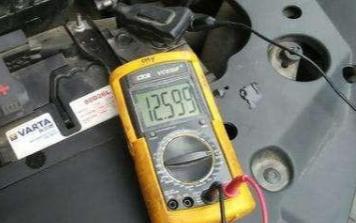 如何判断汽车的电瓶是否需要进行充电