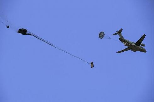 巴西航空工業公司的一架KC-390運輸機成功完成了重力空投試驗