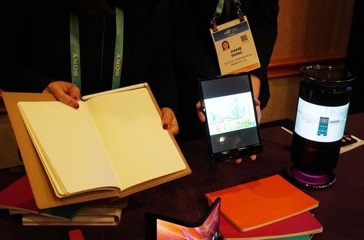 柔宇正式發布了智能手寫本RoWrite 2和Mirage柔屏智能音箱