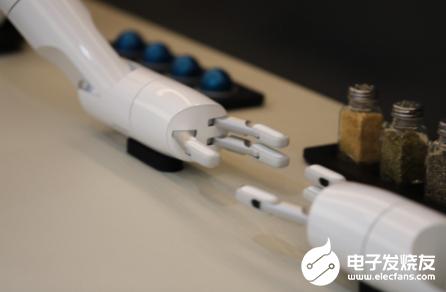 三星推出厨房机器人 能现场为观众制作小吃