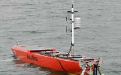 使用無人駕駛船部署自主水下航行器的新系統