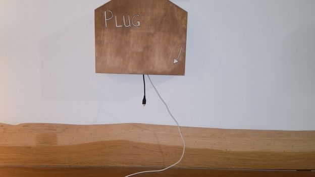 圖4:黑客設置的誘餌。沒帶充電線?這兒有。