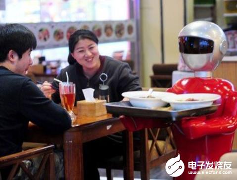 机器人服务员亮相阿富汗 吸引了广大顾客的关注
