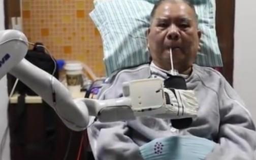 腦機芯片讓癱瘓病人實現用意念控制機械臂喝可樂和打...