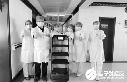 """机器人""""小护士""""忙着送餐送药 帮助医护人员减轻担..."""