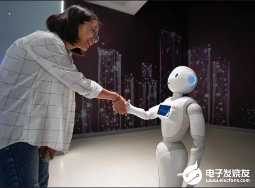 5G机器人助力疫情防控 减少了人与人的近距离接触