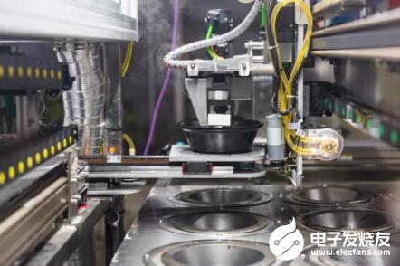 首台煲仔饭机器人在武汉投入使用 武汉医护人员能吃上热腾腾的饭了