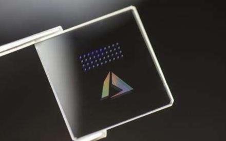 新型(xing)玻(bo)璃硬盤問世,有75G像素級存(cun)儲100多個數...