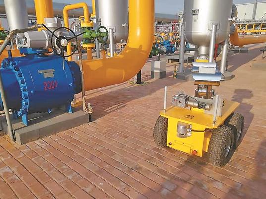 西气东输中卫压气站正在采用智能巡检机器人进行巡检...