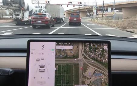 城市交通场景自动驾驶还有多远 特斯拉Autopilot系统能识别红绿灯