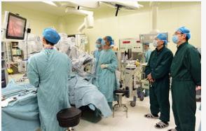 中南大学湘雅二医院安装了新一代达芬奇机器人操作系...