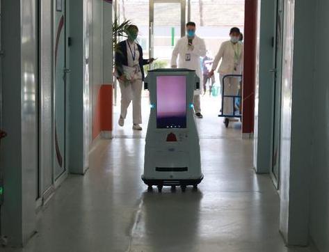 北京小湯山定點醫院正式應用了一臺智能送貨機器人