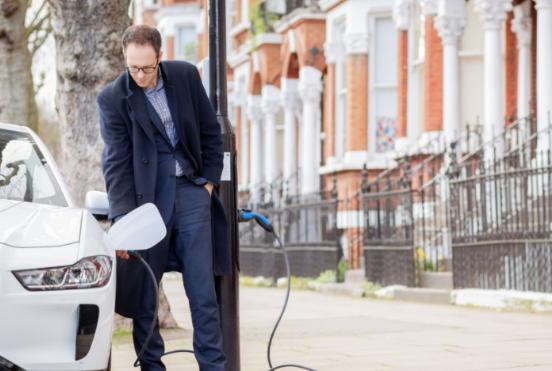 西门子和Ubitricity合作在英国伦敦一条街道安装了EV充电点