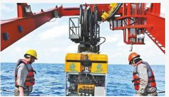 太平洋海工正在采用超高压水除锈机器人来进行海船除...