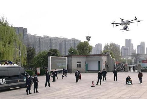 荥阳市公安局正在采用警用无人机进行空中巡逻工作