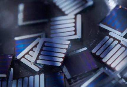 奔驰研发石墨烯材料的有机电池,大规模量产至少需要15年时间