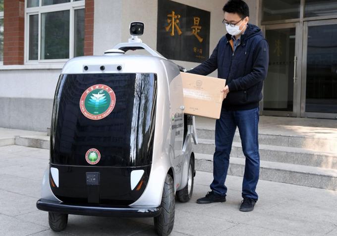 北理工全新无人配送车 能识别面部信息和检测体温
