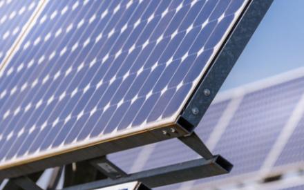 研究表明如果周围有摄像头时,钙钛矿太阳能电池性能...