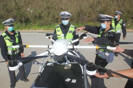 莆田市城廂交警大隊正在使用無人機進行交通巡邏