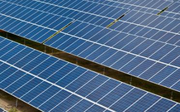 新型汽车利用太阳能光伏板和锂离子电池系统发电