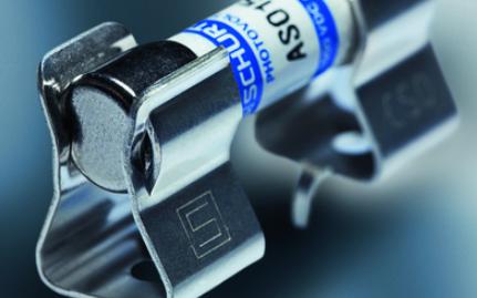 10.3 mm保險絲的堅固保險絲夾現帶有用于M5螺釘或鉚釘的安裝