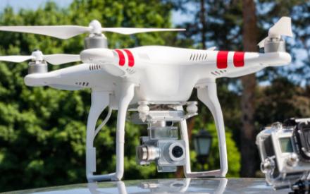 如何利用无人机来拍摄正在运动中的物体
