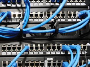 在國家基礎設施中移動和固定網絡扮演著重要角色