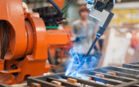 西部重工公司将首台焊接机器人已经投入了日常使用