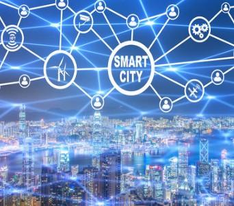 企业研发人员展示新研发的新一代物联网技术电子报警器
