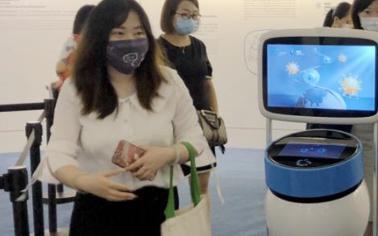 """擎朗機器人亮相""""命運與共,攜手抗疫——科技與健康同行""""展覽會"""