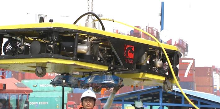 国产首台船底智能清洗机器人启用成功