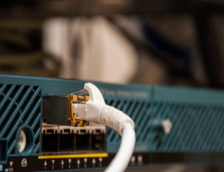 如何保障数据中心或机房不被误插拔,选择安全带锁连...