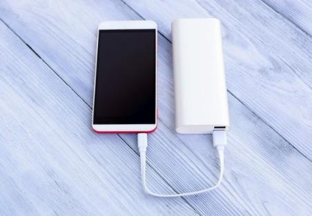 将近四成充电宝抽检不合格,电芯里竟倒出沙子?