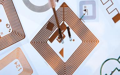 如何在在植入式医疗设备中使用超低功RF收发器来设计通信系统