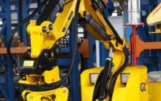 第四代人工智能配网带电作业机器人投入使用
