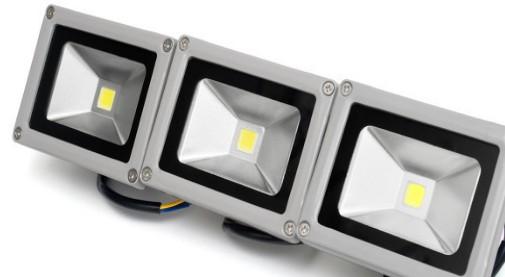 Charlie Szoradi指出美国LED灯具...