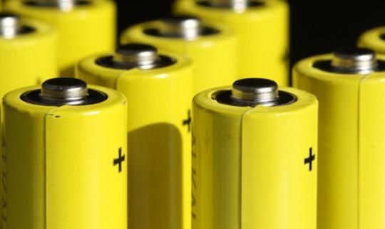 给电池涂上润滑油可以防止生锈?