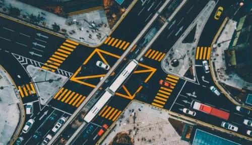阿里结合AI和大数据技术,为城市提供信号灯优化和...