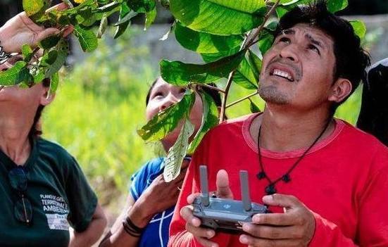 亞馬孫雨林部落代表參加了一項無人機操作培訓?