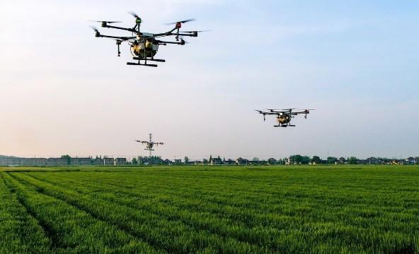 无人驾驶的拖拉机利用物联网技术可以优化整体农业生...