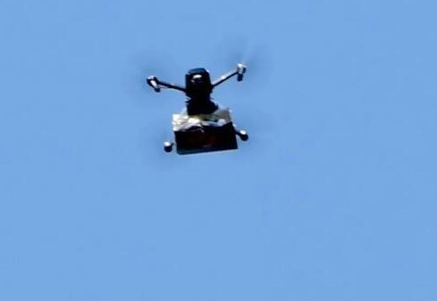 無人機投放的塑料包也引來的許多以色列路人的注意?