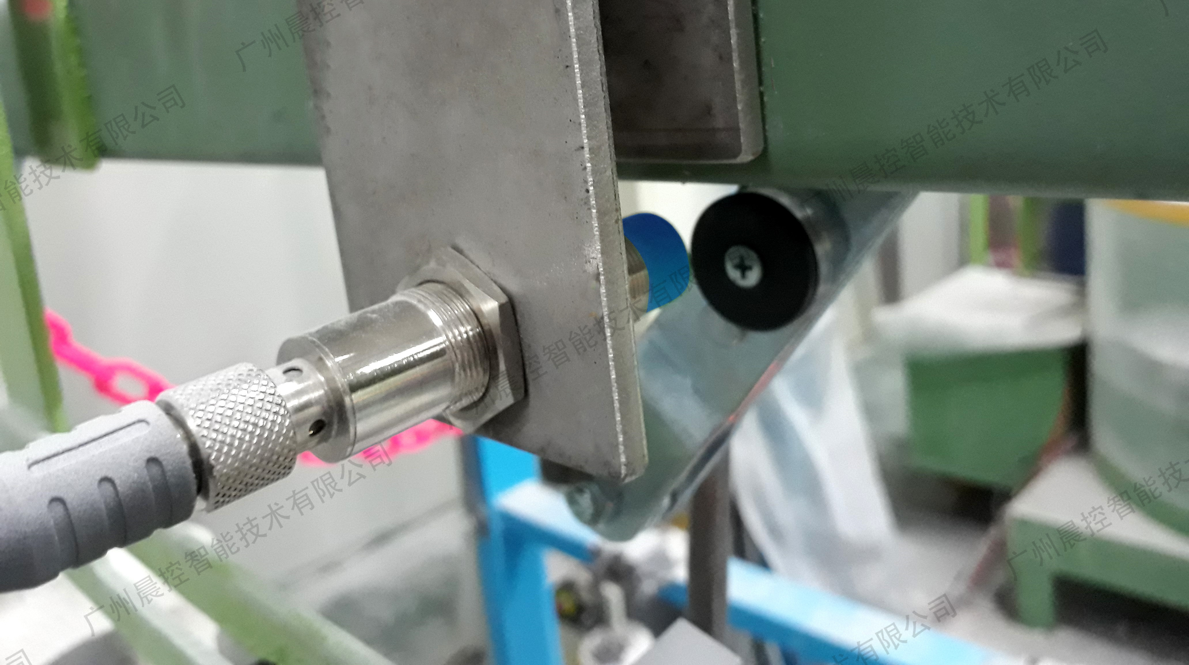 物联网技术通过RFID电子标签让不同的设备实现互...