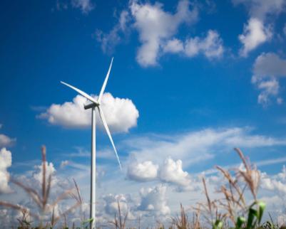我国南海首台400MW海上风电项目首台风机吊装成功