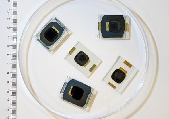 香港科学家研发新型钙钛矿太阳能电池,可保持初始效率90%以上